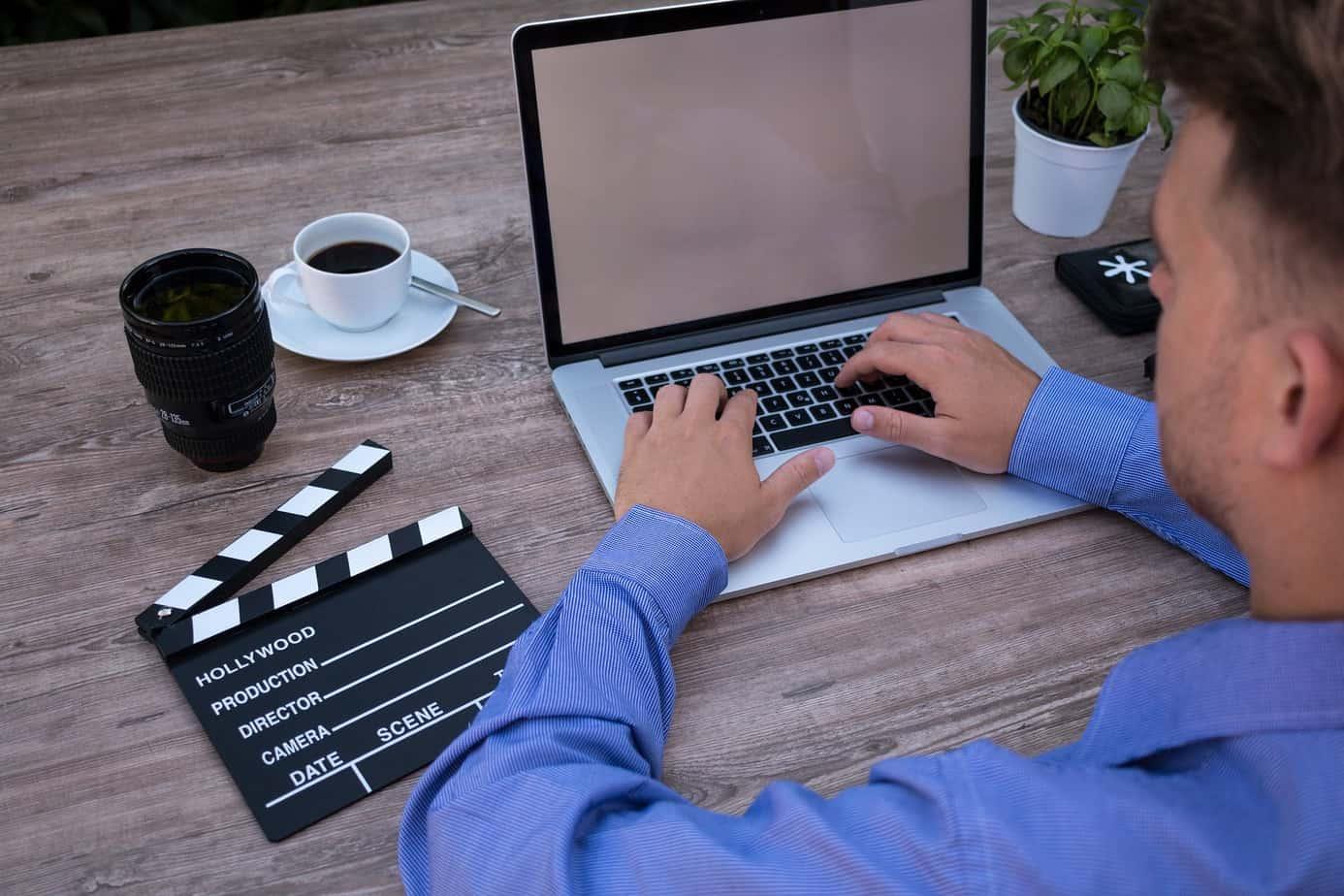 Computer, Film, Klappe, Objektiv, Tisch, Person, Tasse, Kaffee