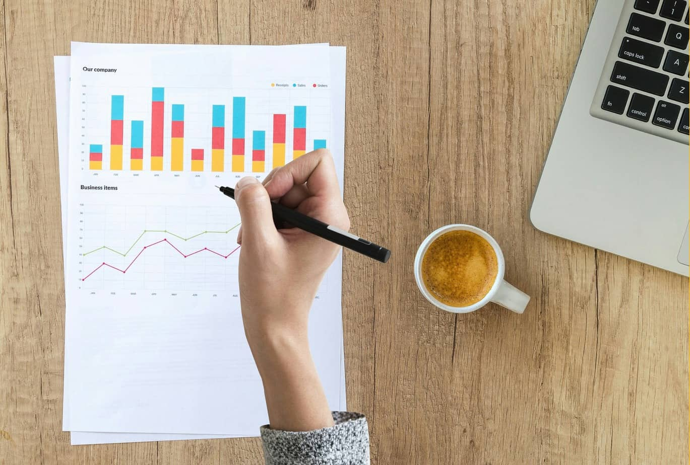 Statistik, Frauen, Männer, Gründer, Existenzgründer, Startups, Start Up, Auswertung, Hand, Kaffee, Computer, Tisch